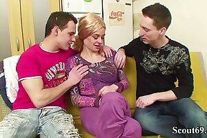 Zwei jungen Typen ficken MILFs mit haariger Pussy in Arsch