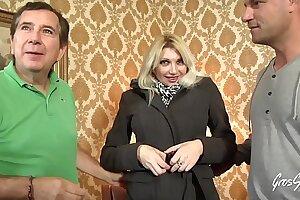 Lisa, milf blonde et bandante s'offre du sexe hard